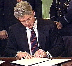 Clinton_signing