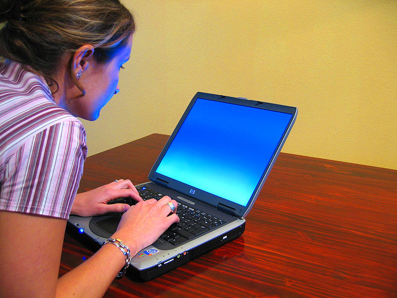 800px-Woman-typing-on-laptop