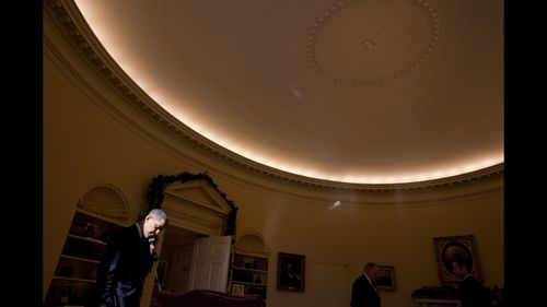 Barack_Obama_in_in_a_shaft_of_light_in_the_Oval_Office_at_the_sunset