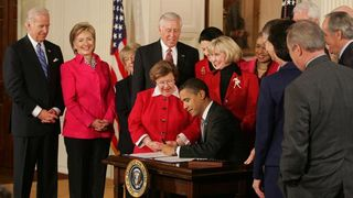 Barack_Obama_signs_Lilly_Ledbetter_Fair_Pay_Act_of_2009_1-29-09