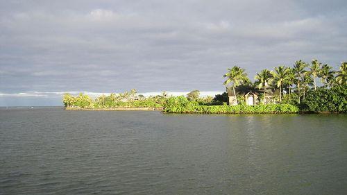 800px-Oahu-Kahaluupond-seawall&chapel