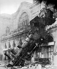 200px-Train_wreck_at_Montparnasse_1895