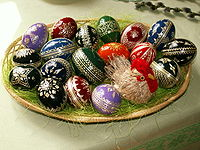 200px-Easter_eggs_-_straw_decoration