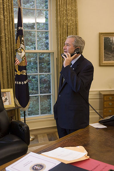 400px-George_W._Bush_speaks_to_Sandra_O'Connor_on_phone