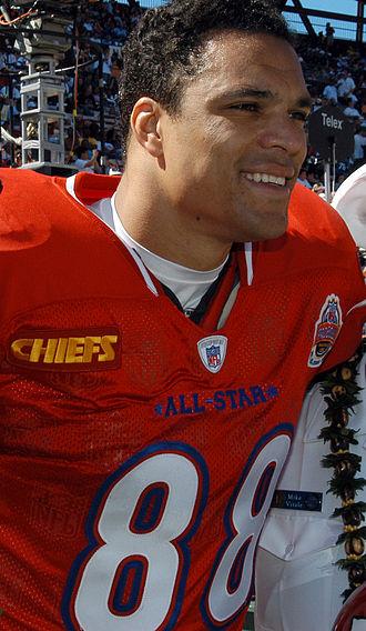 Tony_Gonzalez_at_2005_Pro_Bowl_050213-N-3019M-002