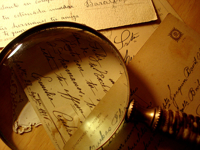 800px-Postcards_and_magnifying_glass