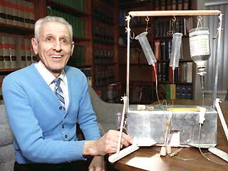PAS - Jack Kevorkian with suicide machine - 1991 - Northwestern University Library