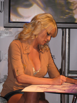 2048px-Stormy_Daniels_at_AEE2008_Day2_3