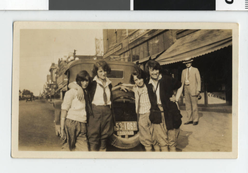 Girls_in_pants_on_Franklin_Avenue _Minneapolis._(4419465360)
